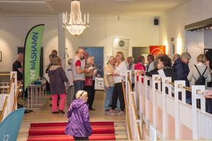 Utställare och besökare minglade intensivt mellan klockan 10 och 11.30 i den övre trapphallen i Folkets Hus. Sedan väntade gratis sopplunch och föreläsningar.