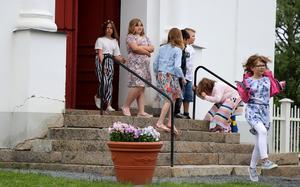 I väntan på att få göra entré så ägnade sig eleverna bland annat åt spontanlek ute på kyrktrappan. Kanske också för att hålla värmen en smula.