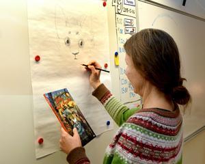 Kattungen Betty växer snabbt fram på ett ark uppsatt på