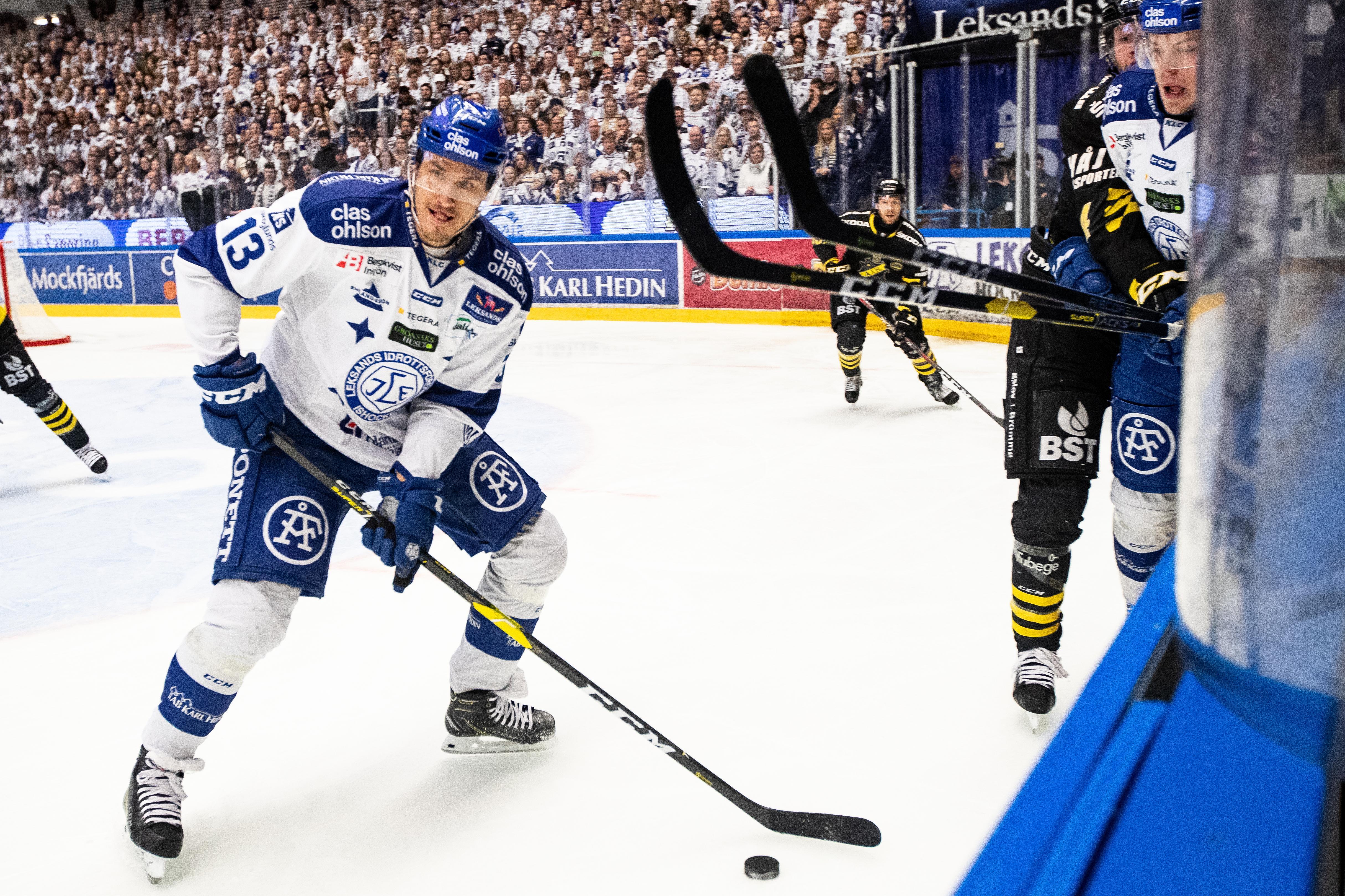 Jon Knuts med pucken i den andra matchen mot AIK, som spelades i söndags. Foto: Daniel Eriksson/Bildbyrån.