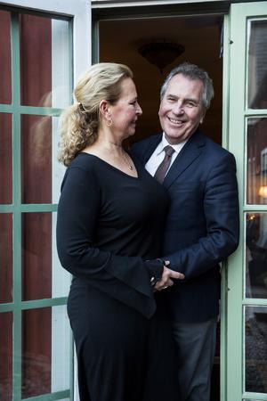Stämningen mellan paret Mia och Jens Spendrup är retsam och kärleksfull. De bjuder på sig själva, och är ett sammansvetsat team i värdskap.