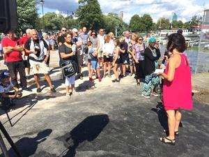 Många människor och en del medier hade sökt sig ner till hamnen för att bevaka invigningen.