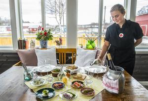 Amanda Samuelsson har dukat upp olika sillar, ägg, lax och annat som hör årstiden och påskbordet till.