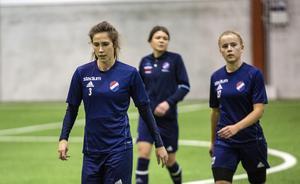 Veteranerna Agnes Dahlström (3) och Michaela Hermansson (mitten) är två viktiga KIK-kuggar med sin rutin. På lördag måste de leda sitt Kvarnsveden till seger om den allsvenska drömmen ska överleva helgen. Till höger i bild syns junioren Lova Ottvall.