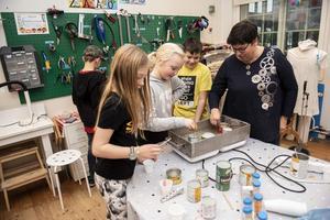 Freja Edlund, Moa Ljundahl, Neo Salvador och Elisabet Andersson tillverkar egna ljus.