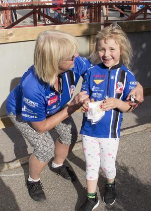 Edith Winquist 5 år sprang med farmor Anneli Spolander.