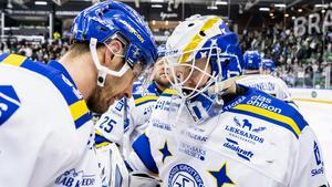 Marek Hrivik och målvakten Janne Juvonen kramar om varandra efter straffavgörandet. Foto: Niclas Jönsson/Bildbyrån.