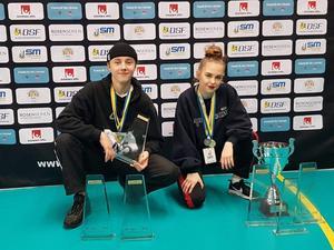 Elliot Kungsman och Elvira Johnsson med alla SM-pokaler efter lördagen. FOTO: Privat