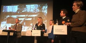 Panelen under torsdagens radiobio i Rodengymnasiet var från vänster kommunalrådet Bino Drummond (M), Frida Ranft, Kommunalförbundet vård och omsorg, Desirée Rijns Tjälldén, Blidö, Magnus Wallin, chef för Räddningstjänsten i Norrtälje och Eva Vitell, Vattenfall Eldistribution.