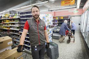Peppe Nilssons morfar startade mataffären som ligger mitt  i Torsåker. Nu driver han Ica Nära Tor-Center, som butiken heter, tillsammans med sin mamma.