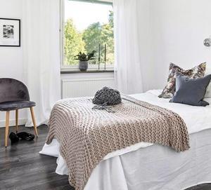 EFTER: En bäddad säng, gardiner och inredningsdetaljer i fönstret ger sovrummet ett helt annat uttryck