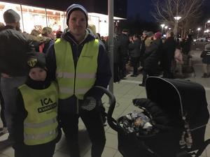 Frans Gustafsson, 7 år, följde med pappa Tobias och mamma på manifestation. – När vi såg inbjudan på Facebook, då sa vi att det här lär vi vara med på, berättar Tobias.