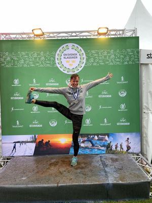 Kristalina Smårs showade när hon kommit i mål och klarat sin tredje svenska klassiker – den här gången på en tid som ingen kvinna gjort tidigare. Foto: Privat