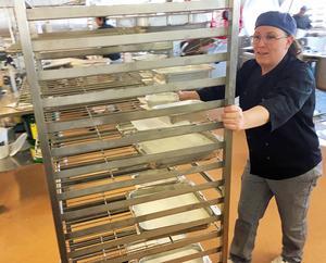 Carola Jussi på väg att leverera färdiga matlådor från produktionsköket i Härnösand.