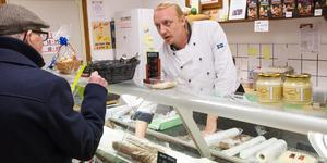Roberth Persson, som driver Perssons delikatesser i Valskog har ansvaret för marknadsknallarna.