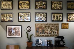 På väggarna hittar man smakprov på tatuerarnas arbete.