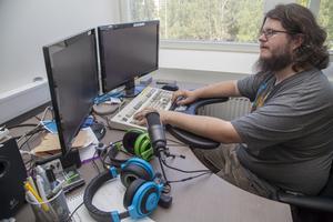 På Infocaption jobbar Zid Eriksson med programmering och problemlösning. Utveckla spel får han än så länge göra på fritiden.