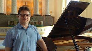 Thomas Bernhardt, kyrkomusiker i Säters församling, som skänkt den nu slängda flygeln till Grönbodahemmet.