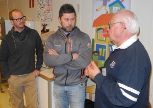 Andreas Heurlin (mitten) i samspråk med Anders Runström (FAP), ordförande i miljö- och samhällsbyggnadsnämnden.