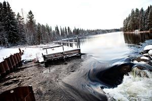 Långforsens kraftverk med damm.