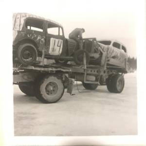 När Severin Johansson skulle åka och tävla i Strömsund satte de ekipagen på en timmerbil.