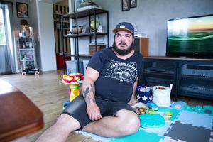 För tolv veckor sedan undvek Krille Jonsson en sådan simpel sak som att sitta på golvet – i dag gör han det med glädje.