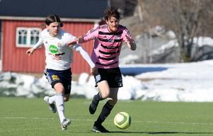 En duell i andra halvlek mellan en Söderhamnsspelare och Frösöns inhoppare Tony Edström-Olsson.