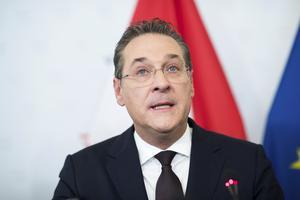 Heinz-Christian Strache säger att han var full när han bad om hjälp för att tysta fria medier i Österrike.