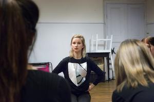 Grete Havnesköld leder gruppen för att de ska jobba fram material till Livet bitch kommande pjäs.
