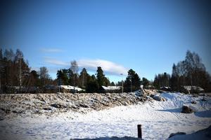 Bilden är tagen från parkeringen vid MAX. Bostadshus ligger blott ett stenkast bort.