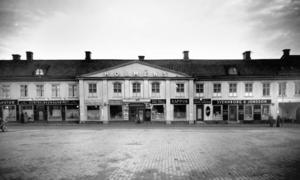Här låg Kraaks hotell. Många västeråsare minns butikerna på Stora torgets södra sida. Huset revs när Sigma skulle byggas. På 1800-talet drev Henric Samuel Kraak hotell där.