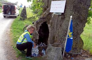Torsdagen den 17 maj.  Vandrarna har fin service längs vägen. Här fyller Anette Öhrn-Liberg från Borlänge på med sockerdricka i Pippieken vid Biskops-Arnö. Foto: Jan-Olof Montelius