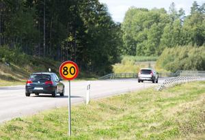 Trafikverket vill se många fler 80-vägar. Feltänkt, anser debattörerna.