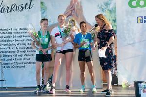 En glad prispall med trean Julia Forslin, tvåan Agnes Sjöström och vinnaren Nadja Strandberg. Foto: Rex Addo