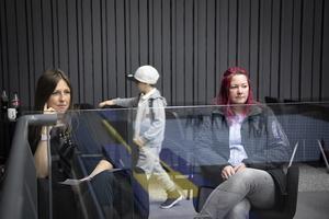 """Charlotta Asplund och Lisa Hansson från Sollefteå har båda två döttrar som är med och tävlar. """"Arenan är fantastisk och det är bra arrangerat"""", säger Charlotta Asplund."""