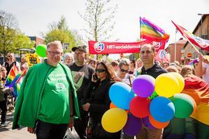 Tage Gripenstam (C), till vänster, drev under lång tid frågan om att kommunen skulle hissa regnbågsflaggan. Foto: Stina Lagerkvist