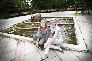 Emma Nordebo Snygg, gatu- och parkchef i Ljusdals kommun, och Evelina Envall, centrumledare för Ljusdal i Centrum, vid fontänen på Postplan. De kommande veckorna kommer torget att genomgå en uppiffning.