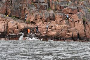 Här klättrar Team Orca, som första lag, upp för berget vid Balesudden – efter att ha genomfört den längsta sträckan av simning som möter 1 770 meter (och tätt därefter en sträcka på 790 meter).