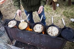 Kolbullarna är populära och trots att det är 5 stekpannor i gång samtidigt bildas det snabbt kö.