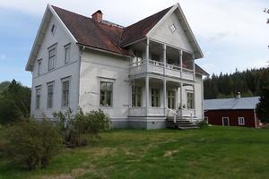 Denna gamla prästgård med 9 rum och kök i Daglös kan bli din. Foto: Mäklarfirman Kåre Johnzon
