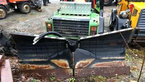 Polisen hittade även en traktor med tillhörande snöplog som stulits i Vallentuna under hösten 2018. Foto: Polisens förundersökning