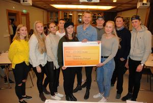 Markus Josefsson (i mitten), Dalarnas Sportjournalistklubb,  överlämnar stipendiebeviset till Dalarnas Skolidrottsförbund ungdomsgrupp representanter, Evelina Lööf och Erika Örjes.