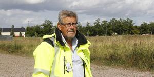 – Vi behöver få fram nya villatomter snabbt, det är enorm efterfrågan, säger Kungsörs tekniske chef Stig Tördahl, här vid det planerade nya området på Söders gärde.