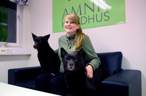 Evelyn Edblad, hundskötare på Amnis hundhus, med sina egna hundar Cash och Jackson.