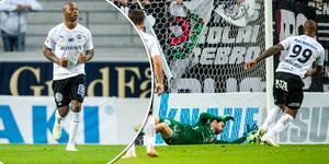 Carlos Strandberg (t v) efter 1–0-målet och till höger räddar Lukas Hägg Johansson den första straffsparken. Foto: Bildbyrån och TT