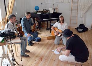 Genomgång på studiogolvet. Och jordgloben i bakgrunden är något av ett uttryck för att världens musik kommer till och framförs i Dala-Floda.