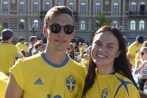 Johan Hermansson och Josefine Norlund, från Skellefteå, var på plats för att se Sveriges åttondelsfinal mot Schweiz på Stora torget.