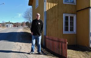 Håkan Runströmers hus i Ale i Norrala ruskar när tung trafik passerar.