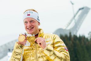 Johannes Thingnes Bö med alla sina VM-medaljer 2016. Bild: TT Nyhetsbyrån.