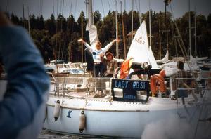 Seglingen startar i Stockholm 1984. Siv och Roger Järsäter står precis vid början av sitt äventyr.